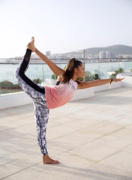 Kuvassa nainen jooga-asennossa