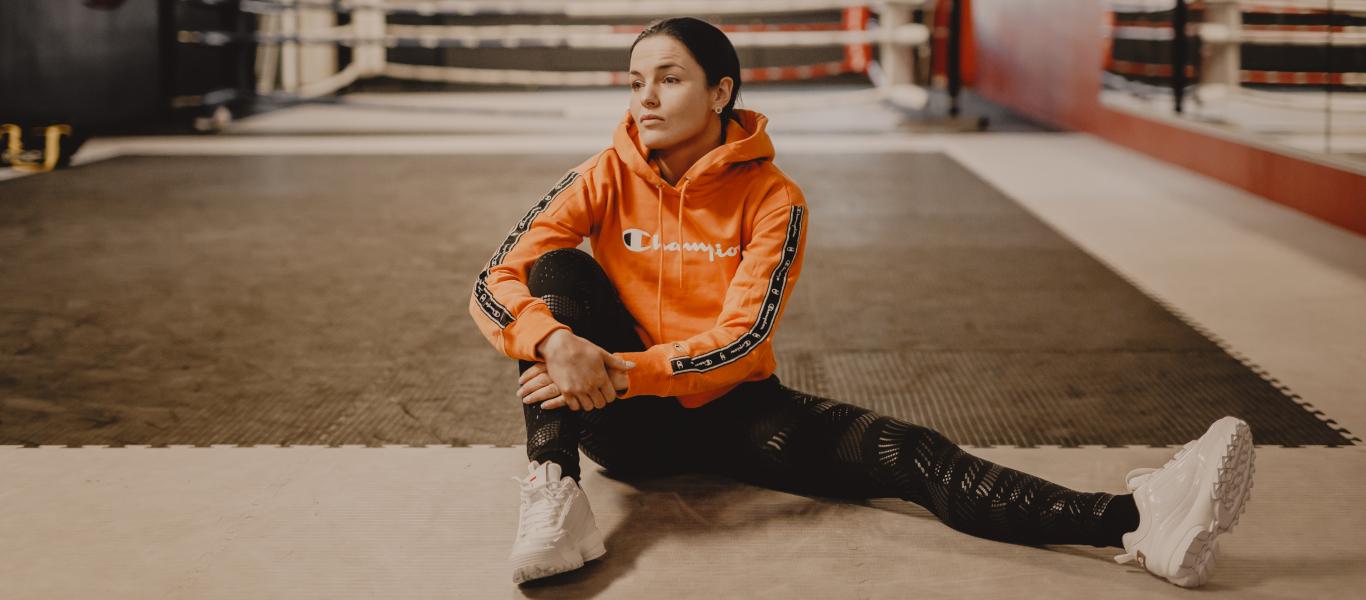 Nadia Ammouri päällään Champion huppari