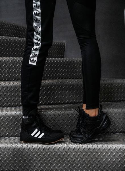 Kuvassa adidas- ja Nike-kengät