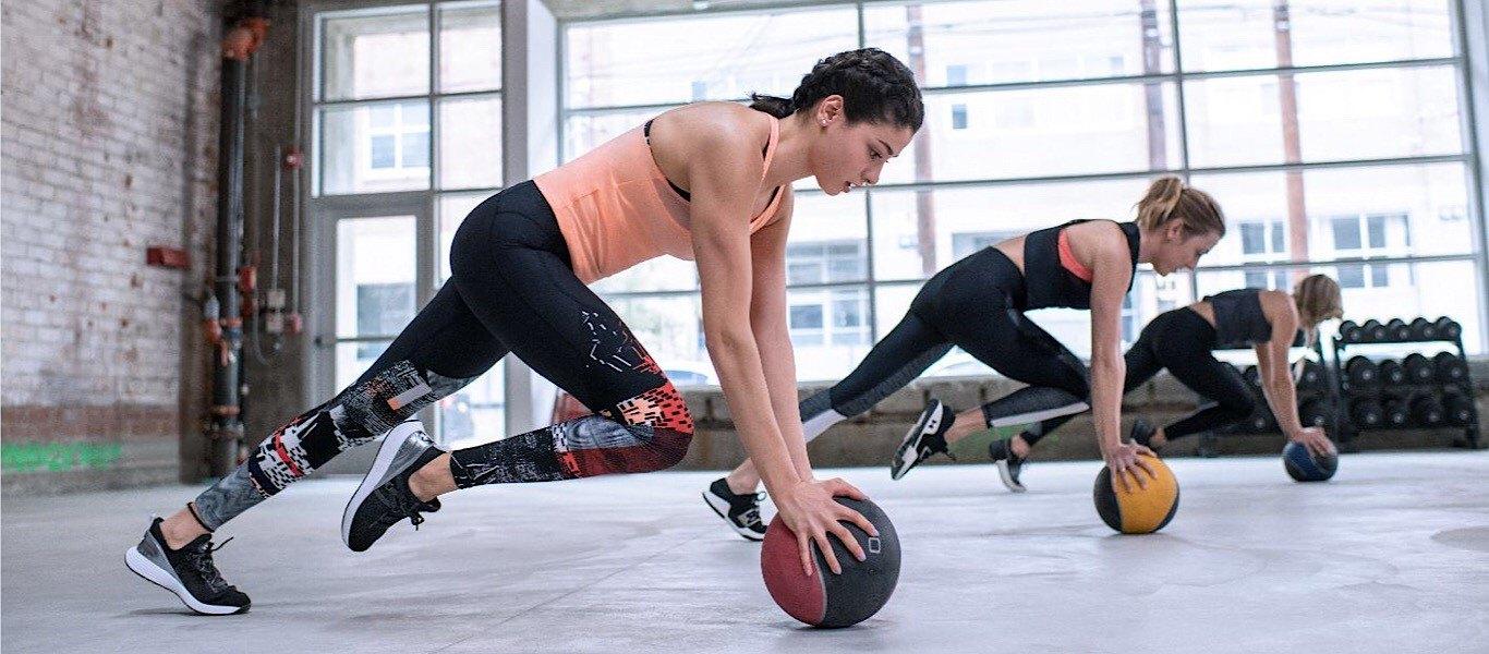 nainen treenaamassa ryhmässä